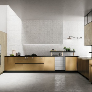 Niezwykła kuchnia zaprezentowana na tegorocznych targach iSaloni w Mediolanie. W tej wersji fronty dolnej zabudowy są w metalicznym, złotomiedzianym połysku. Fot. Doimo Cucine, model kuchni Soho