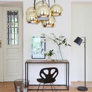 Lampa dekoracyjna Multiball to kilka okrągłych metalowych kloszy zestawionych w jeden produkt o pięknych złotometalicznym kolorze. Fot. Westwing