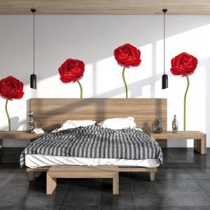 """Czerwone maki """"porastają"""" białą ścianę za łóżkiem w sypialni. Fot. Big-trix"""