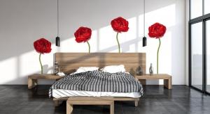 Ścianę za łóżkiem najprościej wykończyć tapetą, fototapetą lub kolorowymi naklejkami. Ten sposób jest niedrogi, a przy tym daje niesamowity efekt.