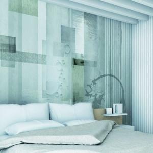 Abstrakcyjny wzór w blado niebieskich kolorach zdobi ścianę w tej nowoczesnej sypialni. Fot. Glamora, tapeta Amor Fati