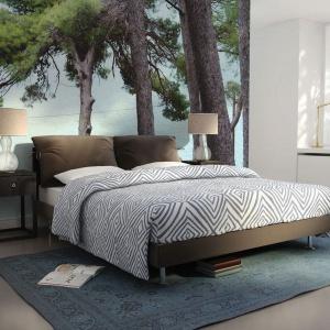 Harmonizująca kolorystycznie z aranżacją sypialni fototapeta zachwyca leśnym krajobrazem i wprowadza świeżość do wnętrza. Fot. Dekornik
