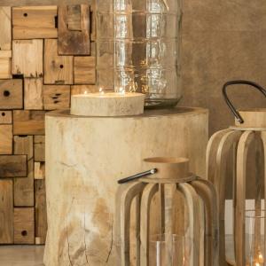 Drewniana latarenka to oryginalny sposób na udekorowanie salonu, sypialni, a także balkonu czy tarasu. Fot. Westwing