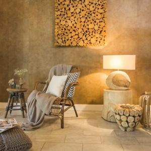Na ścianie można powiesić efektowną dekorację ścienną złożoną z kawałków drewna, układających się w abstrakcyjne puzzle. Fot. Westwing