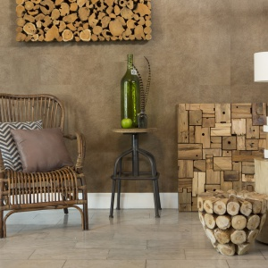 Lampa, stolik, dekoracyjna waza - tak naprawdę każdy z tych elementów można wykonać z drewna. Efekt? Imponujący! Fot. Westwing