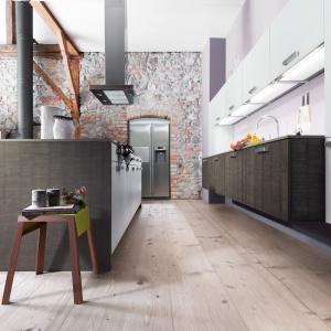 Wysoką ścianę w kuchni w całości pokrywa kamień. Fot. Max Kuchnie