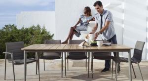 Rodzinne obiady, wspólne biesiadowanie i zapach lata. Czy może być coś bardziej przyjemnego, sielskiego i ujmującego niż czas spędzany przy stole we własnym ogrodzie.
