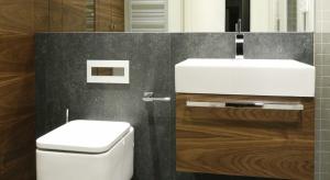 Właściciele lubią rozwiązania eleganckie, proste, ponadczasowe, a także ciemne meble. Cenią naturalne materiały, jak drewno i kamień.