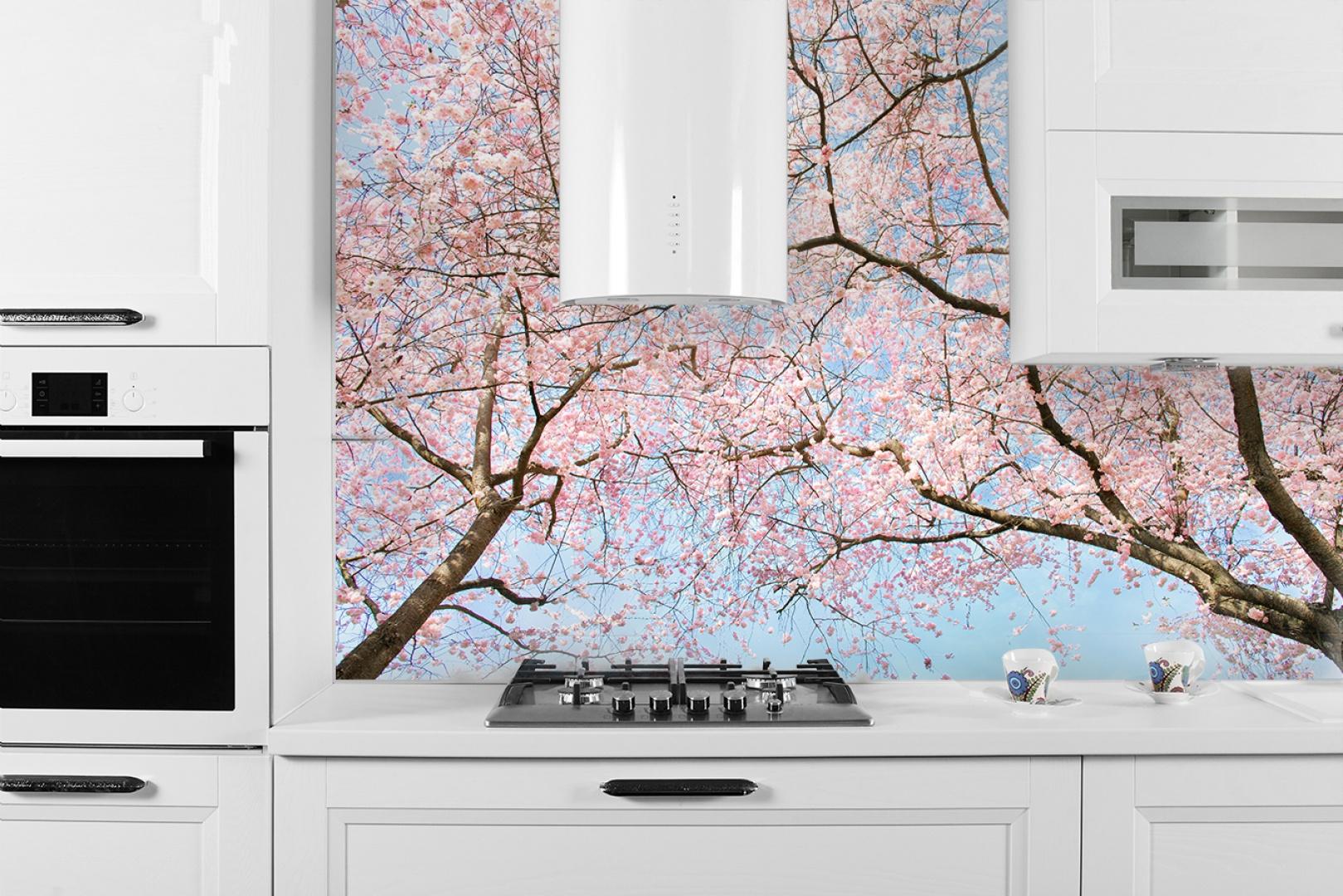 Kwitnące drzewa wiśni na tle błękitnego nieba to niezwykle urokliwy motyw dekoracyjny. Fot. Decomania