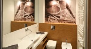 Fototapeta do łazienki może być wykonana z winylu, lateksu lub nadrukowana na szkle. Zabezpieczenie (np. w postaci laminatu) chroni ją przed uszkodzeniami i wilgocią.