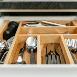 Drewno, ze względu na swój uniwersalny charakter idealnie dopełni aranżację kuchni – bez względu na to czy postawimy na elegancką klasykę czy surowy minimalizm zabudowy. Fot. GTV