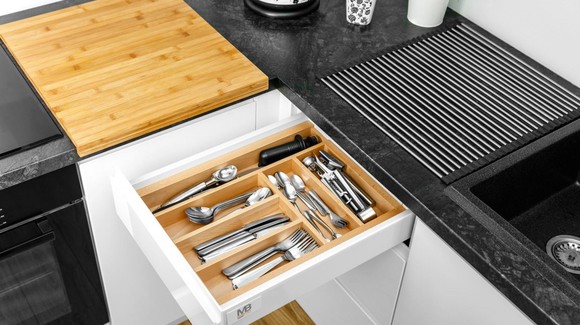Istotą Wood'in'set jest możliwość dowolnej organizacji aranżowanej przestrzeni. Obok bazowej propozycji CUSTOMI, GTV oferuje szeroki wachlarz akcesoriów, które uzupełnią drewnianą kolekcję i pozwolą na jeszcze lepsze zagospodarowanie miejsca w szufladzie. Fot. GTV