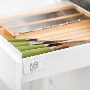 Bazowymi elementami organizerów Wood'in'set są wkłady CUSTOMI dostępne w dwóch wariantach - do szuflad o głębokości 450 mm i 500 mm, które można dodatkowo regulować, w zależności od szerokości szuflady w zakresie od 400 do 1000 mm. . Fot. GTV