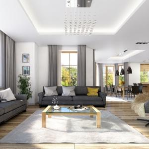 Białe ściane tonują szare tekstylia w oknach, antracytowe meble wypoczynkowe i drewniana podłoga. Fot. Projekt Julia 2, MG Projekt