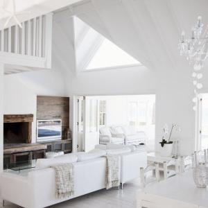 Pomalowane na biało ściany i sufit zestawiono z drewnianymi elementami. Fot. Bondex