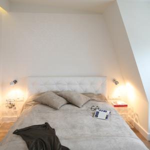Szafki nocne z transparentnego tworzywa dodają małej sypialni lekkości i optycznej przestrzeni. Projekt: Anna Maria Sokołowska. Fot. Bartosz Jarosz
