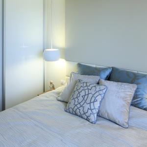 Dobrym rozwiązaniem do  małej sypialni są szafy wnękowe. Projekt: Agnieszka Hajdas-Obajtek. Fot. Bartosz Jarosz
