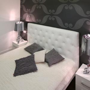 Proste zabiegi dekoratorskie nadadzą małej sypialni luksusowy charakter. Projekt: Katarzyna Mikulska-Sękalska. Fot. Bartosz Jarosz