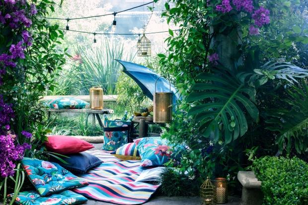 Wiosną i latem wnętrza i otoczenie domu aż proszą się o ożywienie ich kolorem. Świetnie w tej roli sprawdzą się poduszki.