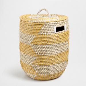 Pleciony z wikliny papierowej kosz został dodatkowo ozdobiony geometrycznym wzorem, który nadał współczesny charakter tradycyjnej formie. Fot. Zara Home