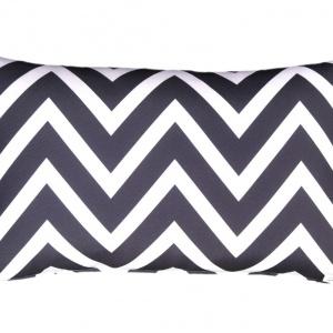 Zig-Zag to dekoracyjna poduszka z modnym, czarnym zygzakiem na białym tle. Stanowić będzie mocny akcent wizualny w sypialni. Fot. Le Petite Maison