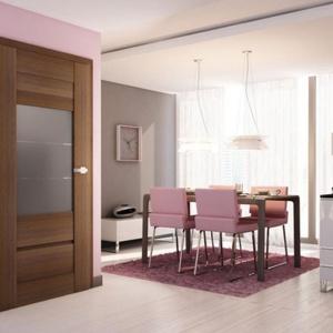 Drzwi Sempre Verse dostępne w wielu odcieniach oraz wzorach z finezyjnymi przeszkleniami to doskonała propozycja dla osób ceniących różnorodność i niestandardowe rozwiązania. Fot. Pol-Skone