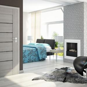 Drzwi Sempre Alu charakteryzuje się minimalistycznym designem i niebanalnym połączeniem naturalnej kolorystyki drewna z elegancją aluminiowego dekoru. Fot. Pol-Skone