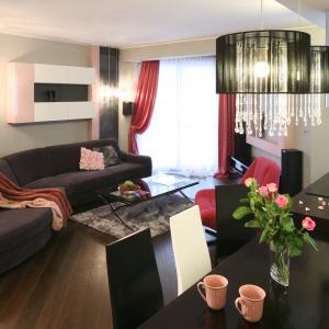 W kobiecym salonie efekt glamour uzyskano dzięki dekoracyjnym lampom i akcentom w kolorze  pudrowego różu. Projekt: Marta Dąbrowska. Fot. Bartosz Jarosz