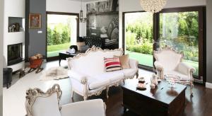 Urządzając salon chętnie sięgamy po meble czy dodatki w stylu glamour. Jak stworzyć spójną i efektowną aranżacjęz efektem glamour? Zobaczcie projekty architektów.