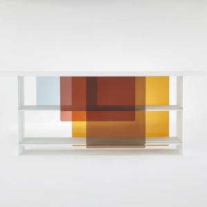 Regały z cienkiego białego matowego szkła o grubości 16 mm. Półki są częściowo zasłonięte przez podwieszone przesuwne drzwi z barwionego szkła. Zachodzące na siebie kolory tworzą stale zmieniające się obrazy. Projekt: Nendo. Fot. Glas Italia