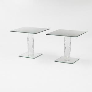 Kwadratowe stoły Narcissus z blatem z transparentnego szkła o grubości 16 mm. Blat z lustrzaną podstawą łączy noga wykonana z szkła borokrzemowego, które jest ręcznie formowane. Jej nieregularny kształt jest dzięki temu za każdym razem niepowtarzalny. Projekt: Naoto Fukusawa. Fot. Glas Italia