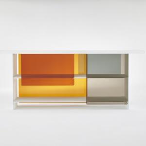 Dostępne są dwie wersje z drzwiami w ciepłej (pomarańczowo-czerwono-brązowej) i chłodnej (niebiesko-szaro-fioletowej) kolorystyce. Skrzydła drzwi można łatwo zdemontować. Projekt: Nendo. Fot. Glas Italia