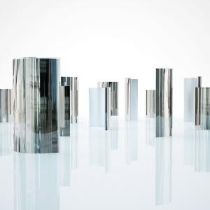 Zaprojektowany przez Tokujina Yoshiokę Prism to parawan ze szklanej tafli o grubości 8 mm, która jest ręcznie zakrzywiona i posrebrzana. Krawędzie natomiast są ozdobione szeroką przezroczystą fazą. Fot. Glas Italia