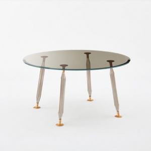Lady Hio to kolekcja stołów z cienkimi, przezroczystymi blatami ze szkła o grubości 15 mm lub w kolorach: żółtym, szarym i pomarańczowym. Nogi z dmuchanego szkła borokrzemowego w podobnej gamie kolorystycznej. Końcówki nóg wykonane ze szczotkowanego i anodyzowanego aluminium. Stół jest dostępny w dwunastu rozmiarach.Projekt: Philippe Starck & S. Schito. Fot. Glas Italia