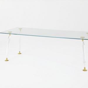 Stół z kolekcji Lady Hio zaprojektowany przez Philippe Starcka i S. Schito. Fot. Glas Italia