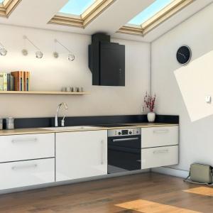 Czarne AGD i białe meble to klasyka w aranżacji kuchni. Fot. Ciarko