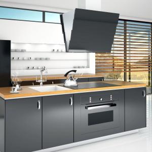 Duże przeszklenia w kuchni oraz biała podłoga i ściany to więcej światła. W takiej aranżacji czarne AGD i ciemna zabudowa meblowa nie przytłoczą wnętrza. Fot. Ciarko