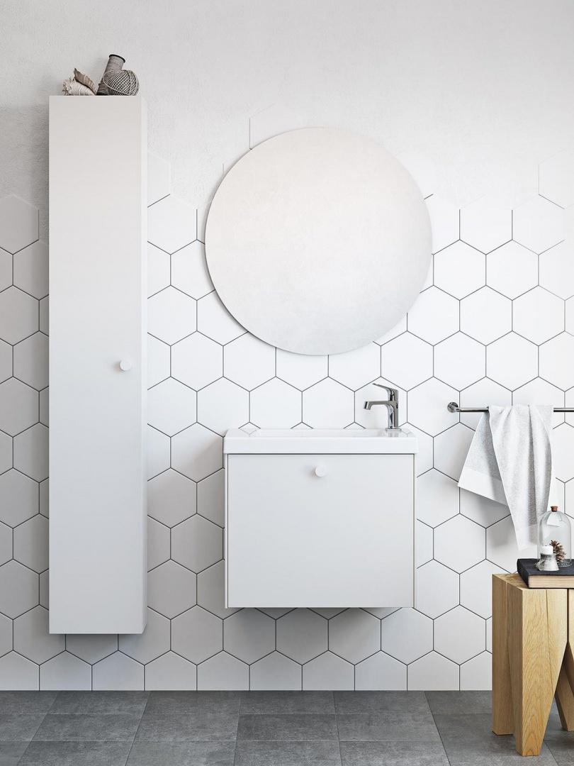 Szwedzki producent mebli proponuje aranżację łazienki z prostymi podwieszanymi szafkami i okrąłglym lustrem na tle sześciokątnych płytek. Ostatni akcent ciekawie komponuje się z orkągłą formą, która zdaje się być