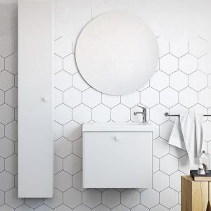 """Szwedzki producent mebli proponuje aranżację łazienki z prostymi podwieszanymi szafkami i okrąłglym lustrem na tle sześciokątnych płytek. Ostatni akcent ciekawie komponuje się z orkągłą formą, która zdaje się być """"wygładzoną"""" wersją heksagonów. Fot. Ballingslov"""