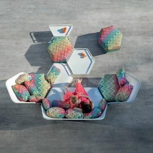 Designerskie meble tarasowe z kolekcji Hive, jak ich sama nazwa wskazuje, nawiązują do ulu. Stąd heksagonalny kształt. Fot. Ego Paris