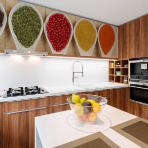 Fronty górnych szafek kuchennych wykończono okleiną przedstawiającą zdjęcia różnych rodzajów przypraw. Fot. Dekornik