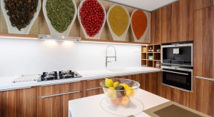 Kolorowe akcenty możemy wprowadzić do kuchni na wiele sposobów - od frontów mebli po niedrogie naklejki.