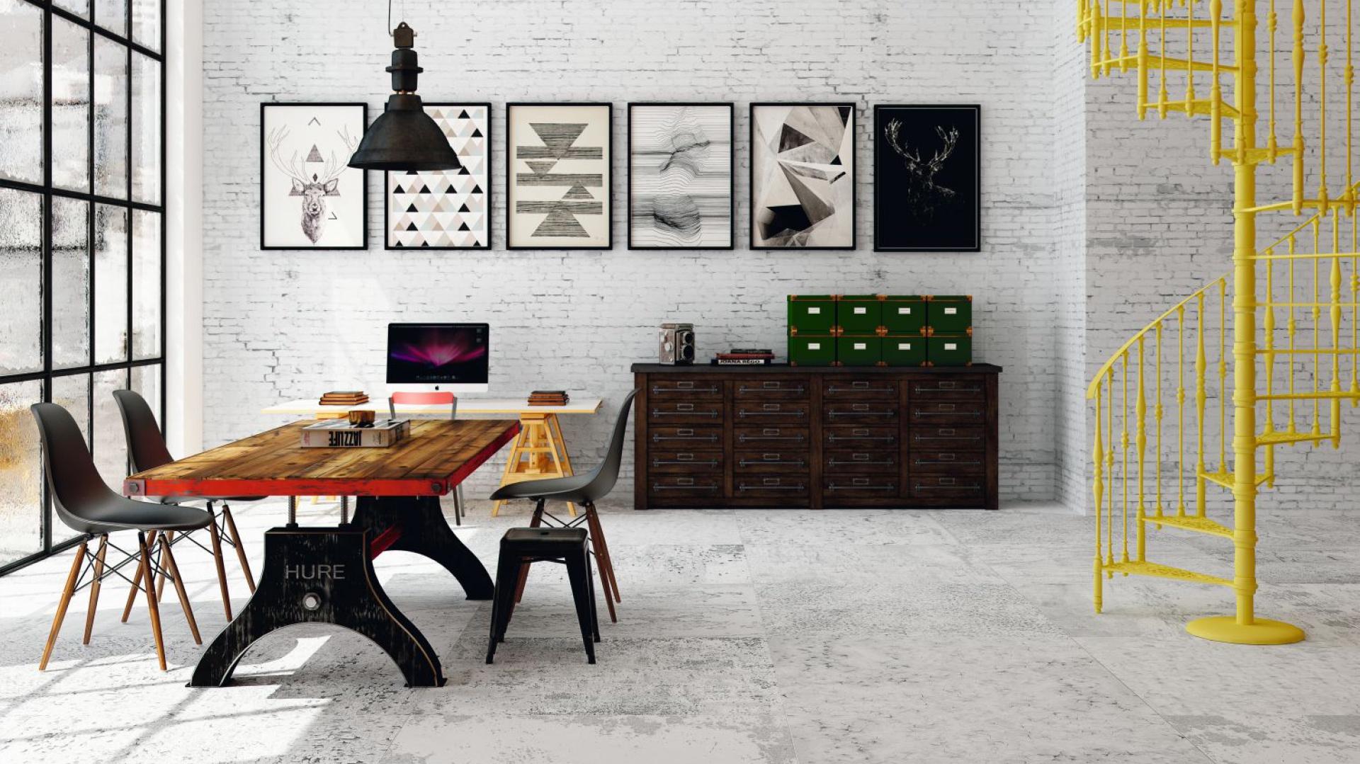 Surowym płytkom z kolekcji Ferrum, które pokryły podłogę towarzyszą płytki mitujące białą cegłe na ścianie. Fot. Aparici
