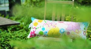 Chcesz wygrać tę ładną poduszkę i podarować ją swojej mamie? Napisz nam, dlaczego to Twoja mama powinna ją otrzymać i wygraj dla niej prezent!