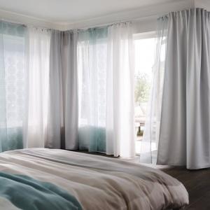 Ciekawym rozwiązaniem są zasłony panelowe. Są idealne do zastosowania w wąskich oknach lub jako element dzielenia przestrzeni. Fot. IKEA