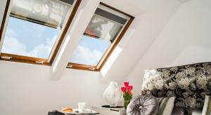 Długo wyczekiwane słońce może szybko dać się we znaki, jeśli nie wyposażymy naszych okien w odpowiednią ochronę.