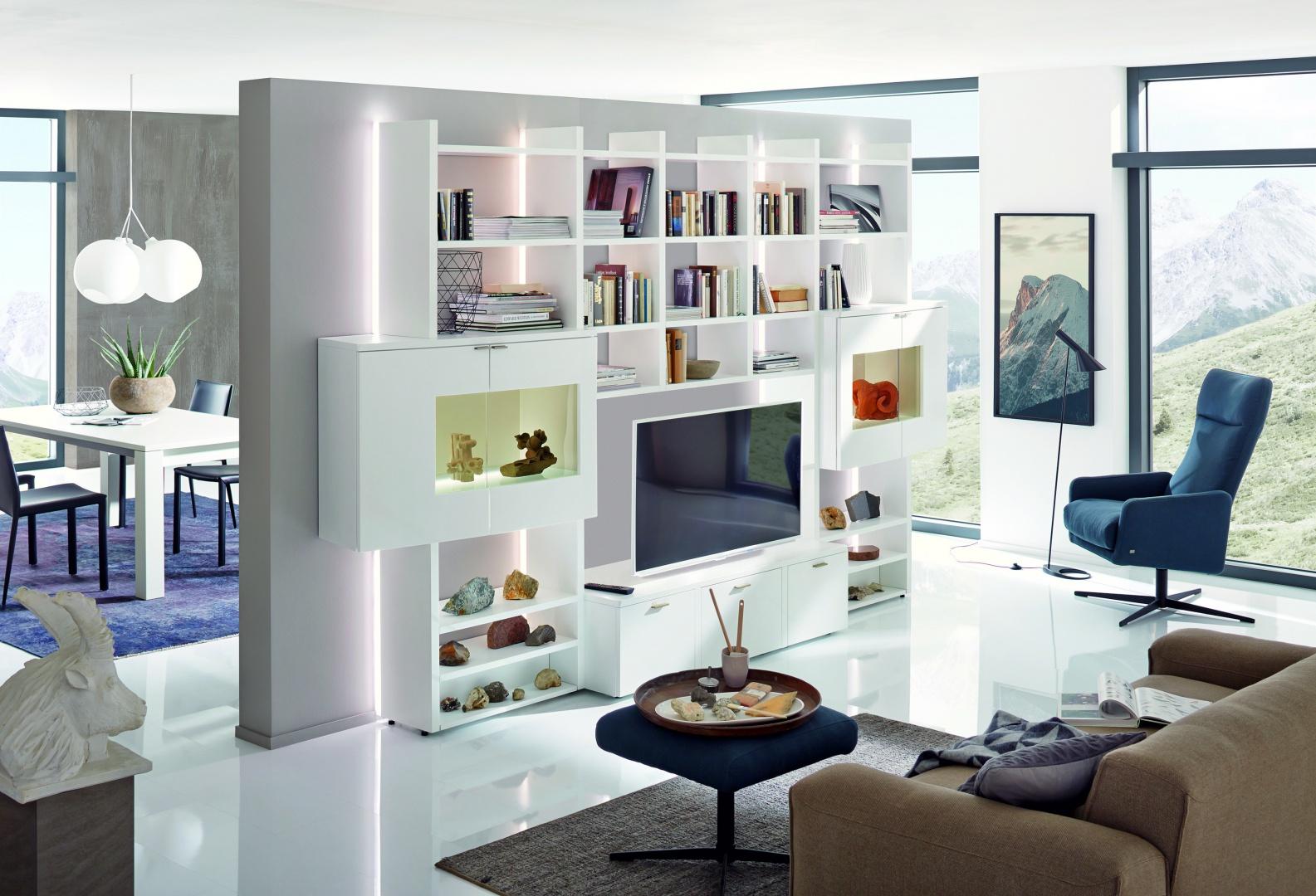 Efektownie podświetlona meblościanka jest przede wszystkich domową biblioteczką. Tutaj jest strefa rozrywki - dla miłośników książek, jak i telemaniaków. Fot. Huelsta