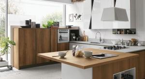 Motyw drewna to absolutny hit aranżacji kuchni w tym sezonie. Modne są zarówno jasne, jak i ciemne wybarwienia tego naturalnego materiału.