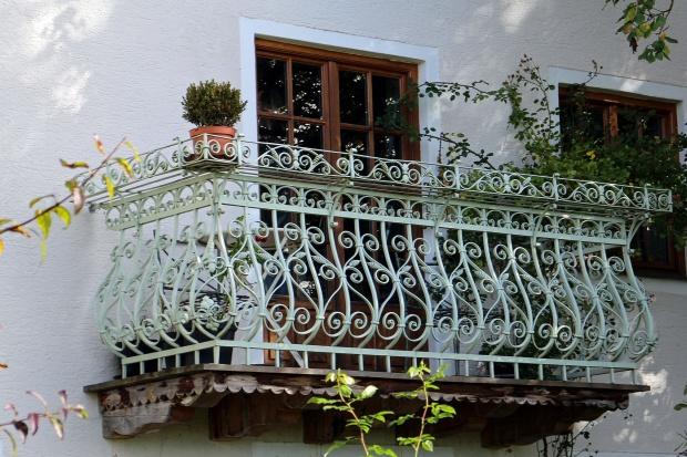 Wiosna to idealna pora na odnowienie balkonu.Gruntowne czyszczenie, malowanie i kilka aranżacyjnych pomysłów sprawią, że balkon będzie gotowy na godne rozpoczęcie letniego sezonu.