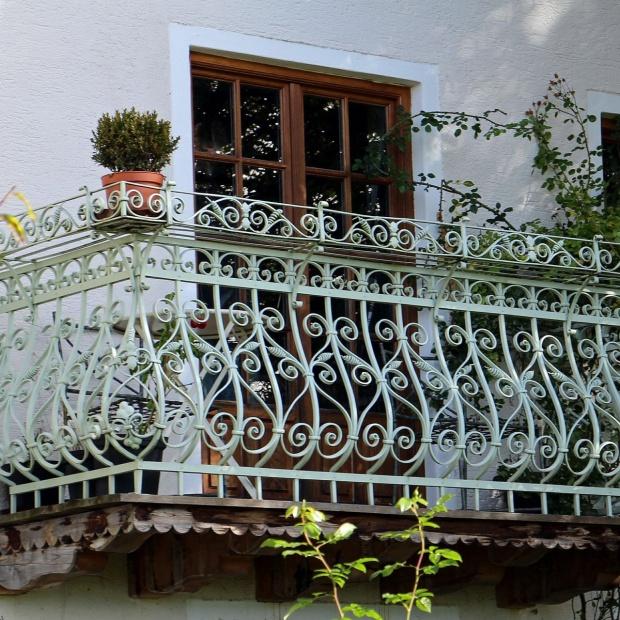 Jak odświeżyć balustradę balkonu? Ekspert radzi